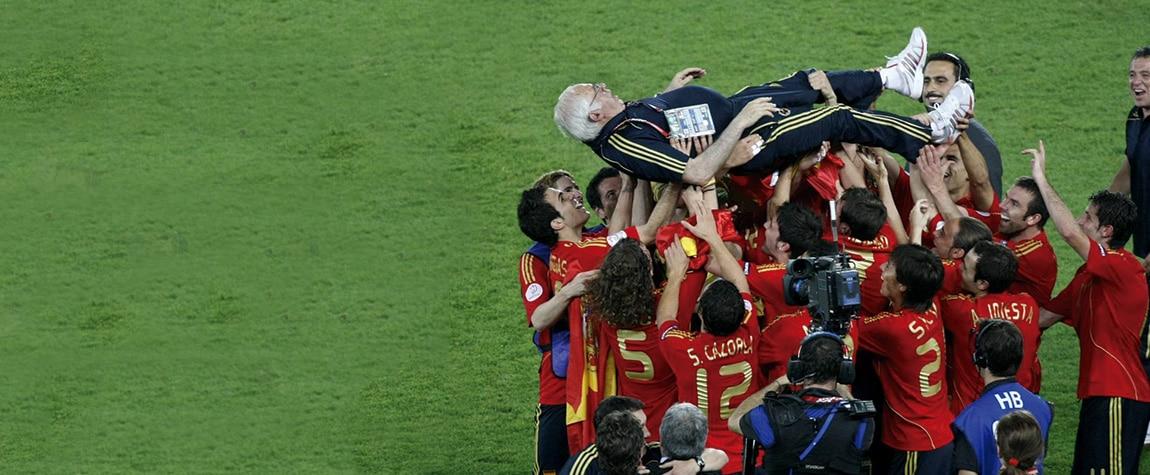 Luis Aragonés, manteado por los jugadores tras ganar la Eurocopa de 2008