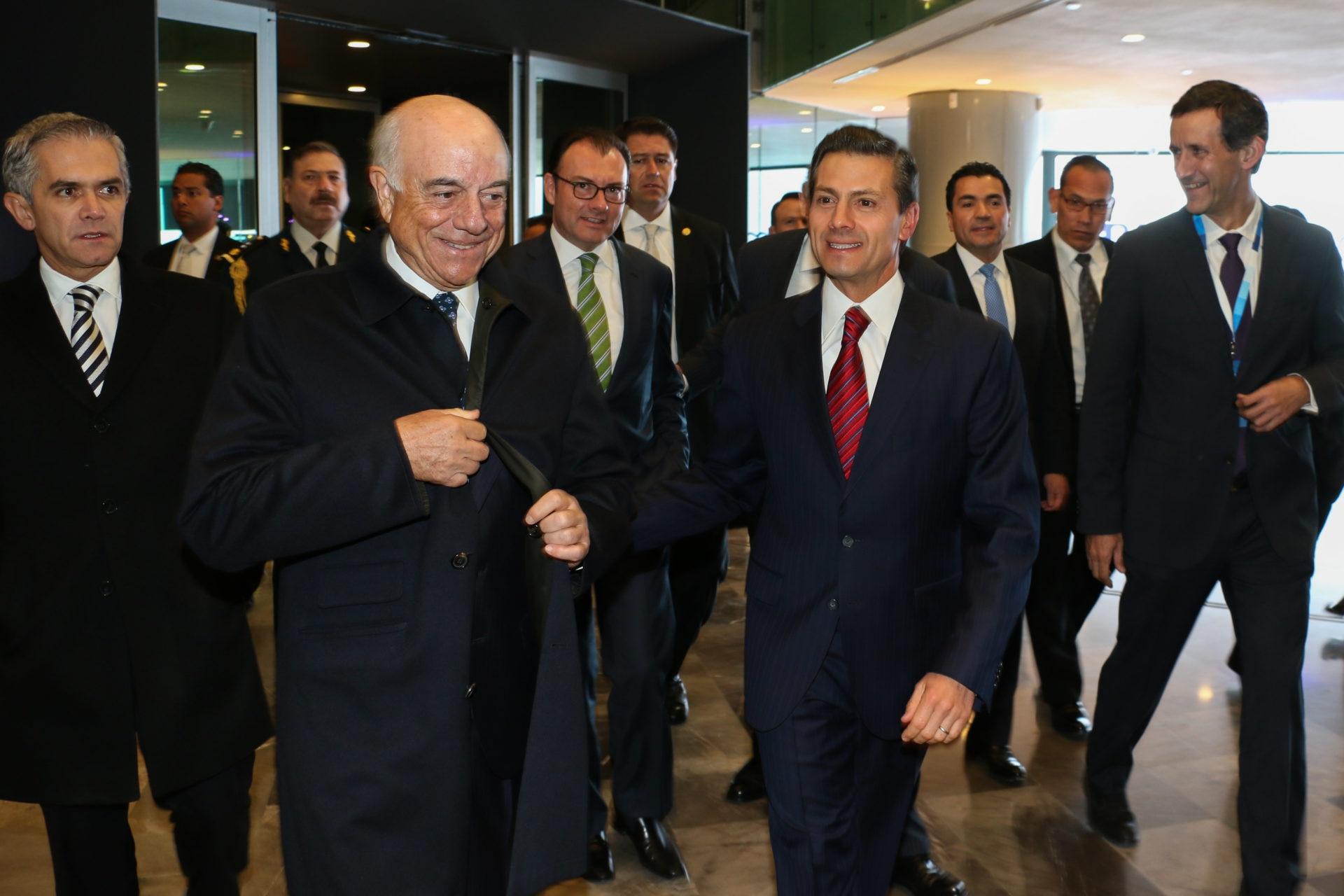 Francisco-González-y-Enrique-Peña-Nieto-llegan-al-edificio