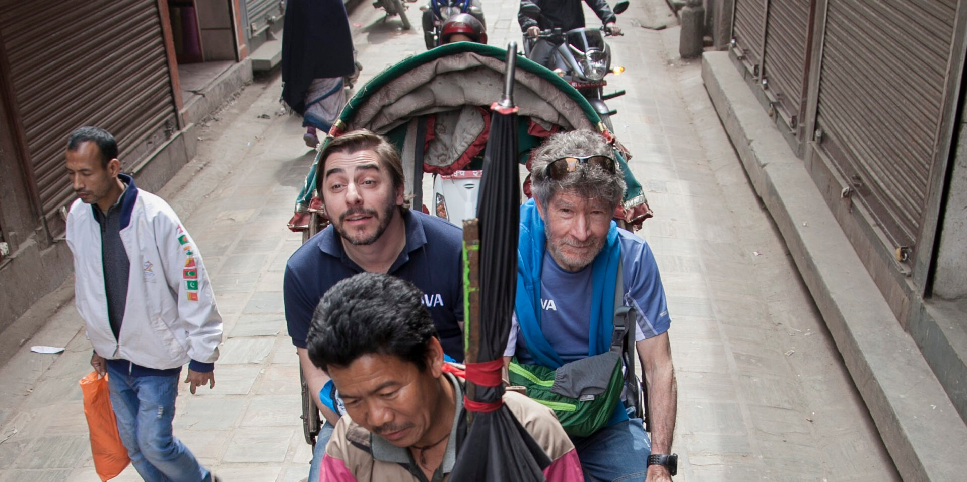 Carlos Soria y Jordi recorren las calles de Katmandu en un rickshaw