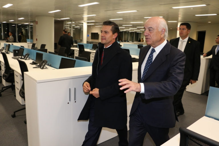 Peña-Nieto-y-Francisco-González-visitando-las-oficinas