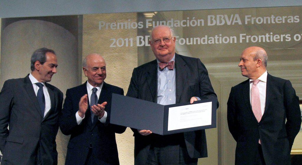 Angus Deton, en la ceremonia de entrega de los Premios Fronteras del Conocimiento 2014, junto a Francisco González, José Ignacio Wert y José Manuel González Páramo.