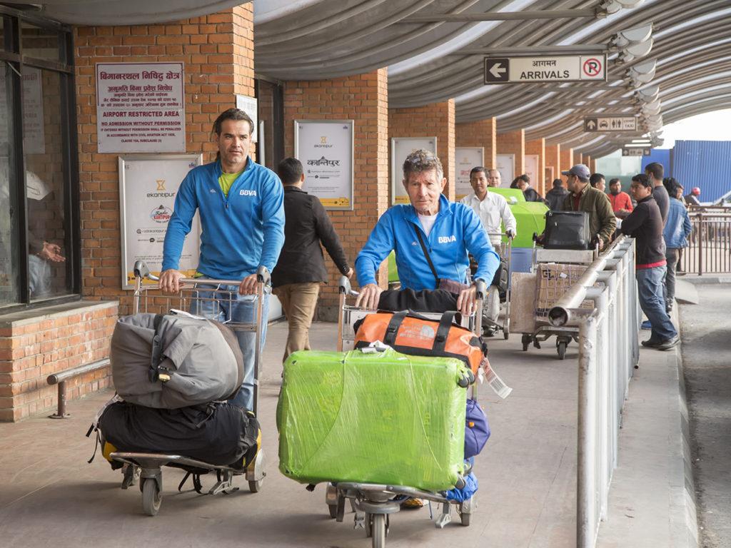 Carlos Soria y la Expedición BBVA a su llegada al aeropuerto de Katmandú
