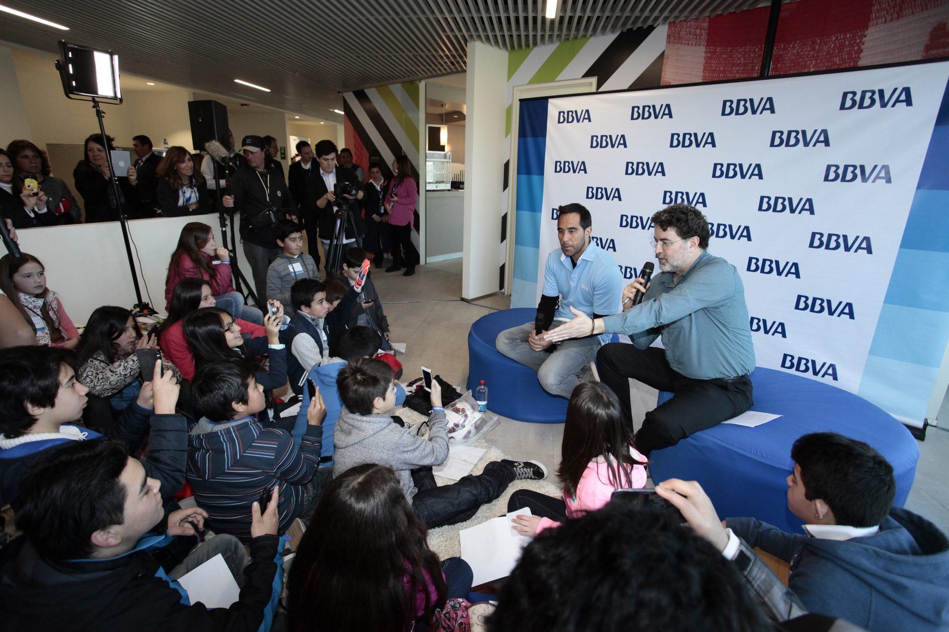 Fotografía de Claduio Bravo, durante su encuentro con los más pequeños