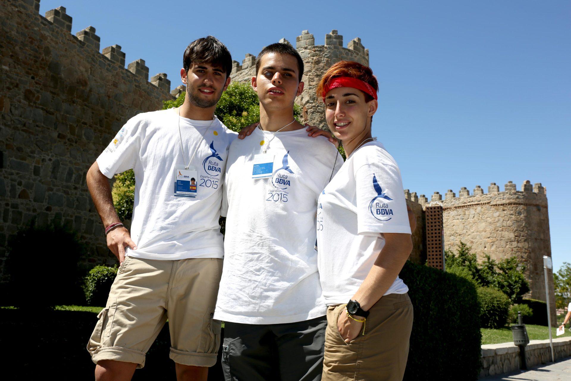 Fotografía: David, Adrián y Sara de Ruta BBVA 2015 delante de la muralla de Ávila