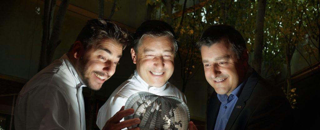 Fotografía de los hermanos Roca con un globomundo luminoso