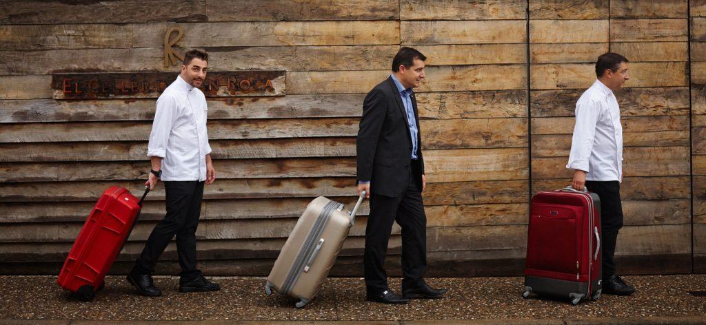Fotografía de los hermanos Roca con maletas Gira BBVA- El Celler de Can Roca