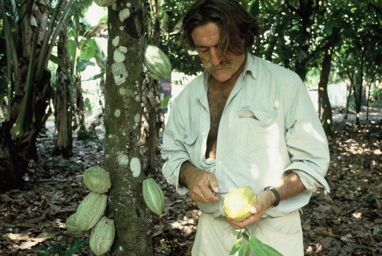 Fotografía: Expedición 1993: Miguel de la Quadra-Salcedo con semillas de cacao (México)
