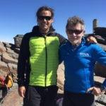 Fotografía: Carlos Soria y Carlos Martínez, médico de la Expedición BBVA, en la cima del Mulhacén (Granada)