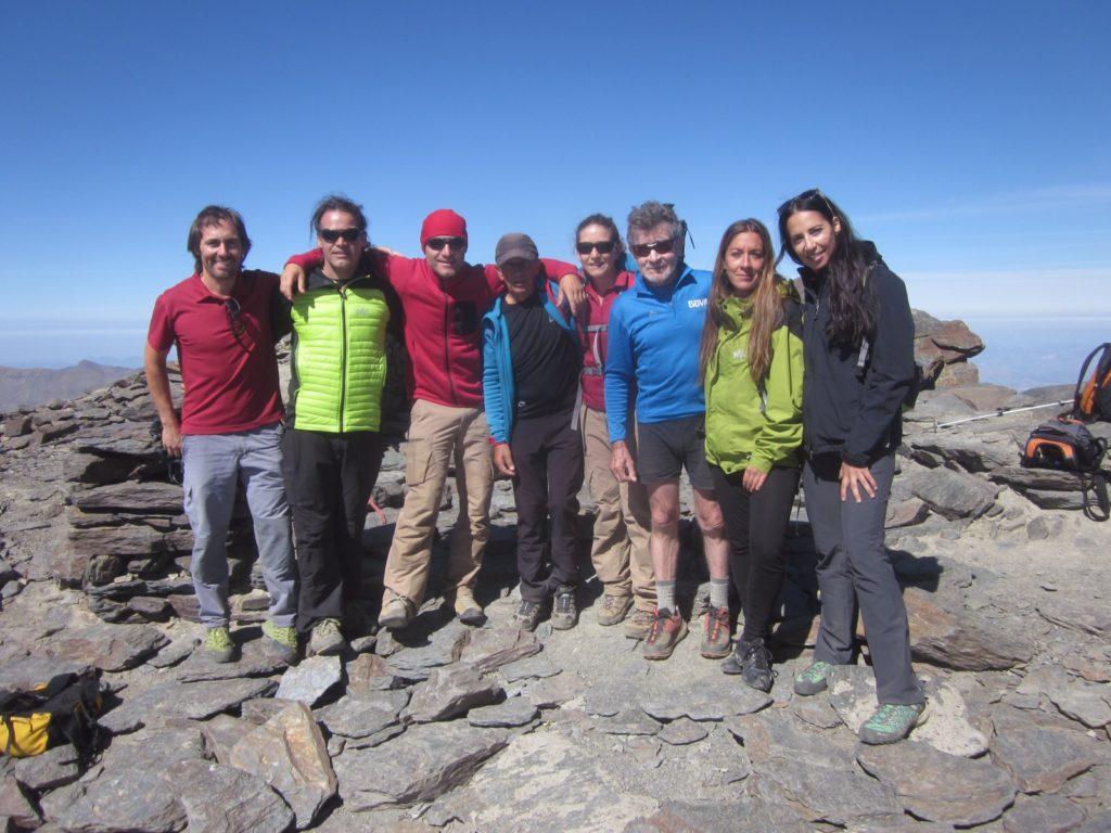 Fotografía: Carlos Soria con un grupo de amigos en la cima del Mulhacén