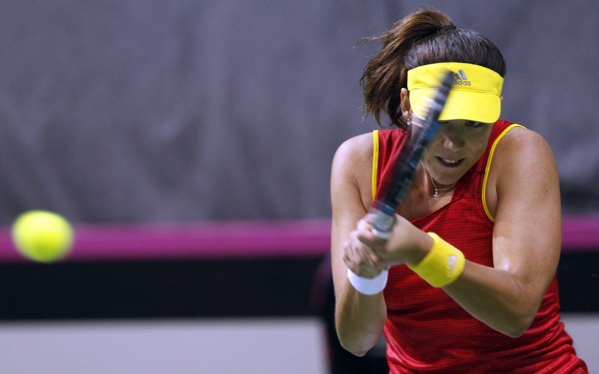 Garbiñe Muguruza, duante un partido ante la serbia Ivana Jorovic en la Copa Federación