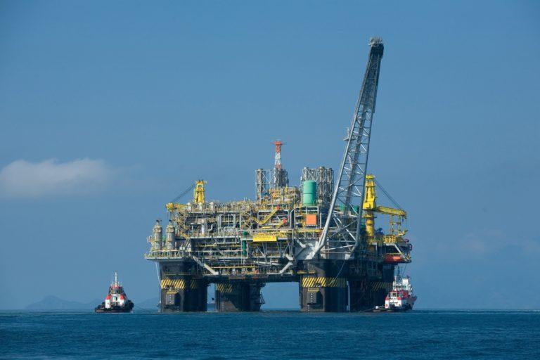 Imagen de una explotación petrolífera en alta mar.
