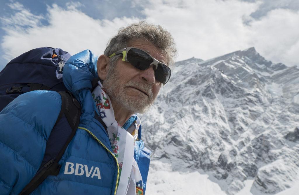 Fotografía de Carlos Soria a su llegada al Campo Base del Annapurna (de fondo)