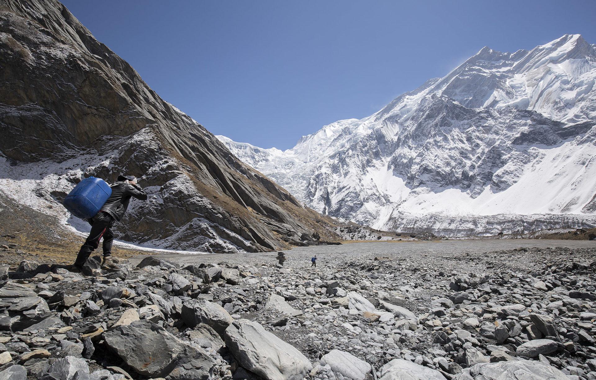Porteo del agua hasta el Campo Base del Annapurna 1