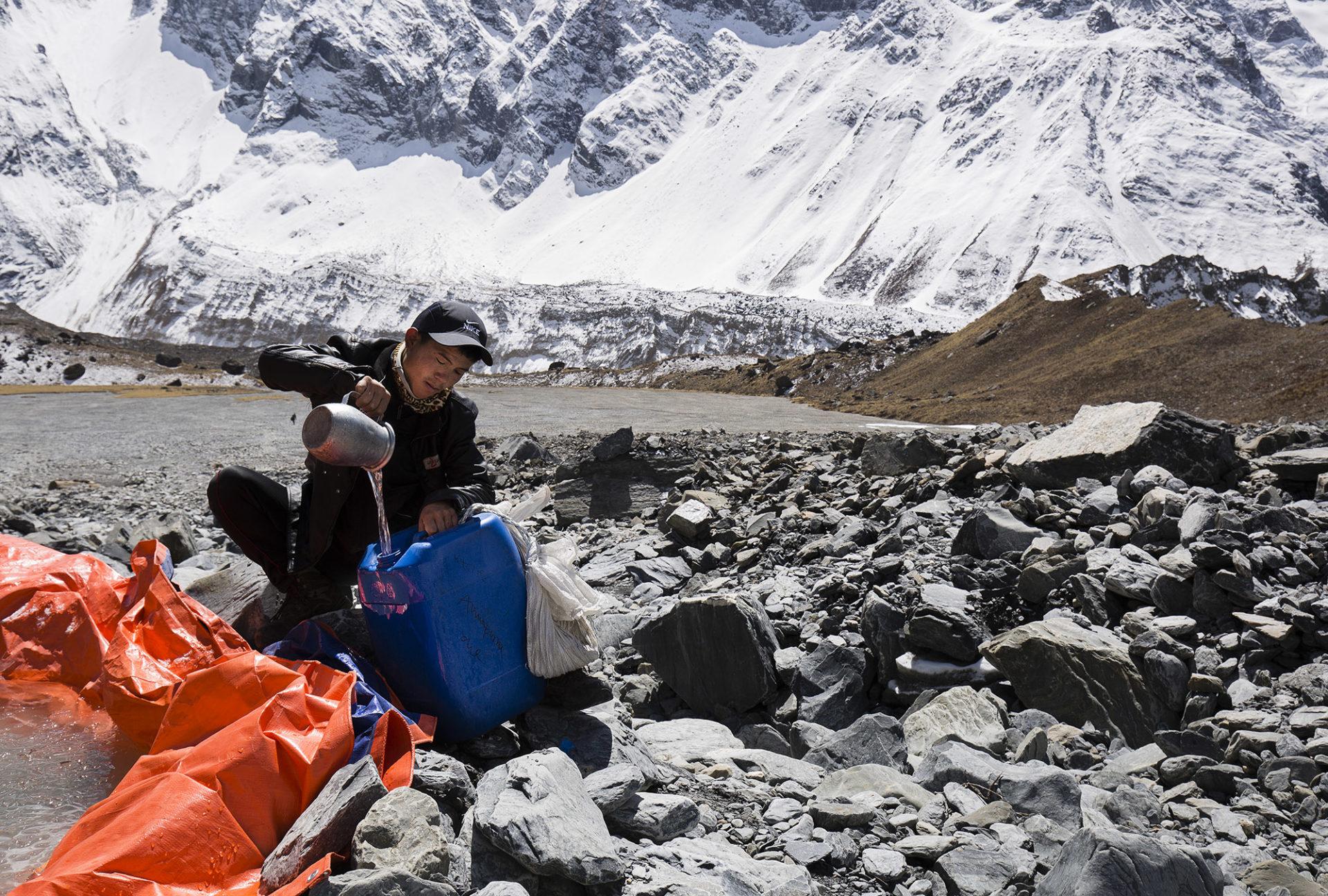 Sistema de recogida de agua creado por los Sherpas en el Annapurna 2
