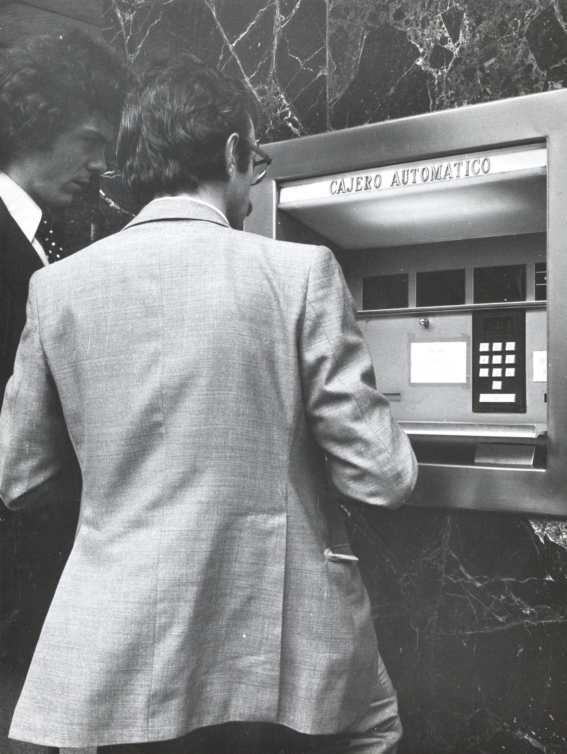 La fotografía data del 6 de junio de 1975 y fue realizada en Bilbao en la calle Gran Vía, 1.