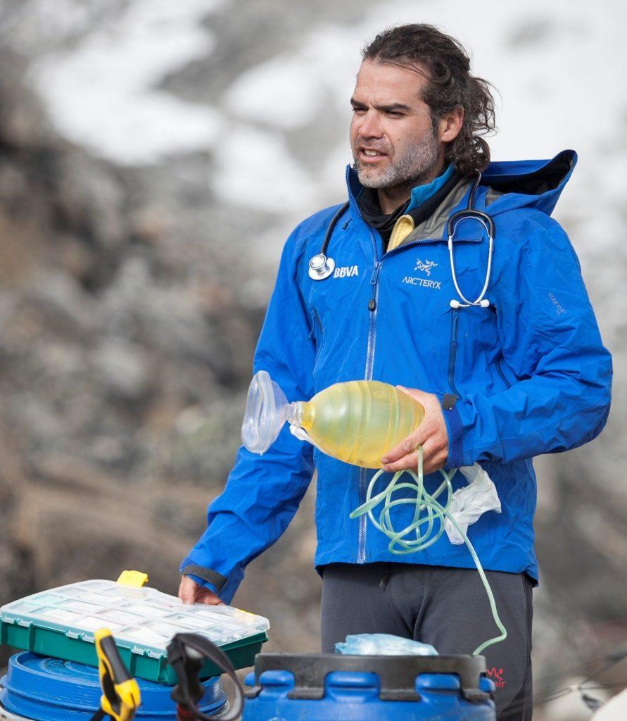 Carlos Martínez es el médico de la Expedición BBVA liderada por Carlos Soria