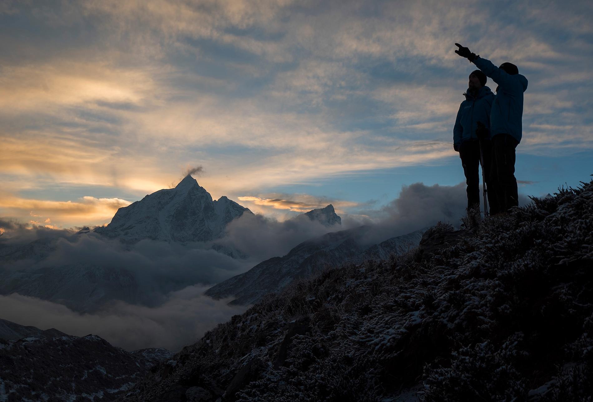 Fotografía de Carlos Soria oteando la ruta hacia el Island Peak durante la aclimatación