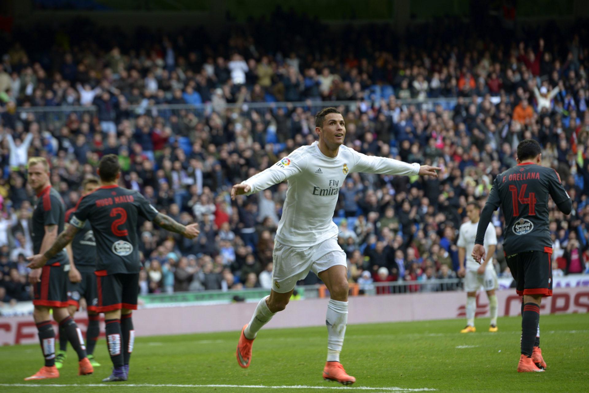 El delantero portugués del Real Madrid Cristiano Ronaldo celebra el cuarto gol que ha marcado frente al Celta de Vigo, el quinto del equipo, durante el partido de la vigésima octava jornada de la Liga de Primera División que se juega hoy en el estadio Santiago Bernabéu, en Madrid. EFE/Luca Piergiovanni