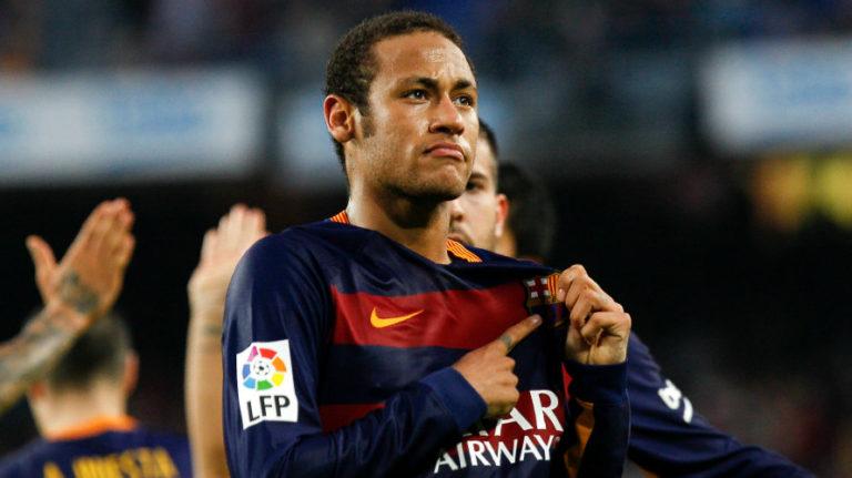 Neymar se toca el escudo del Barcelona celebrando un gol