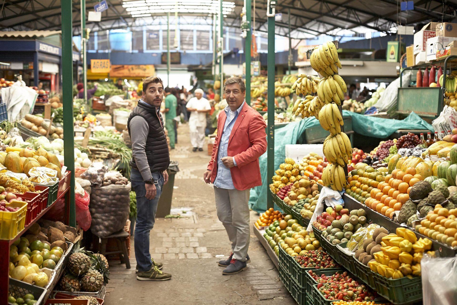 Fotografía de Jordi y Joan Roca entre las frutas de la plaza de Paloquemao