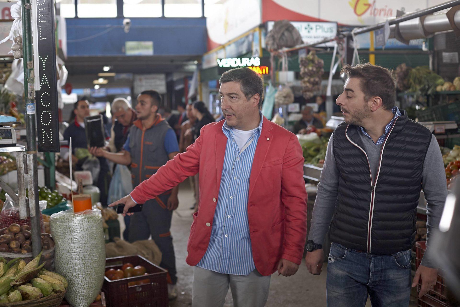 Fotografía de Joan Roca preguntando por un producto de la plaza de Paloquemao