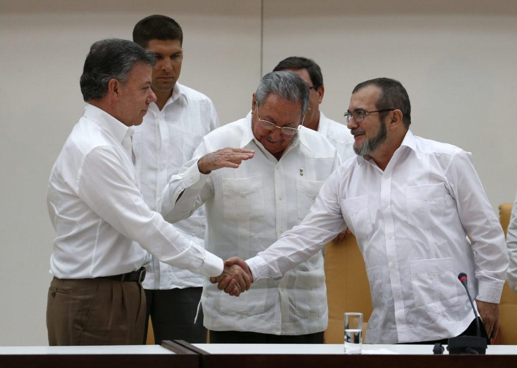 Imagen de Juan Manuel Santos, Timochenko, Raúl Castro, Cuba 2015, proceso de paz Colombia