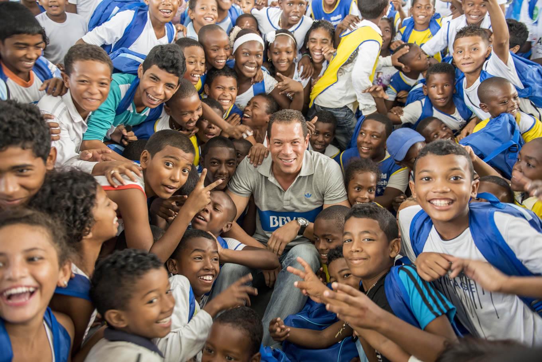 Fotografía del ex arquero Oscar Córdoba con niños de Cartagena en la entrega de morrales