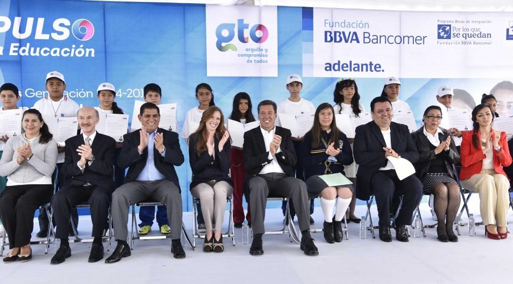 Los alumnos de más alto promedio reciben su beca en una ceremonia con autoriadades y representantes de la Fundación BBVA Bancomer
