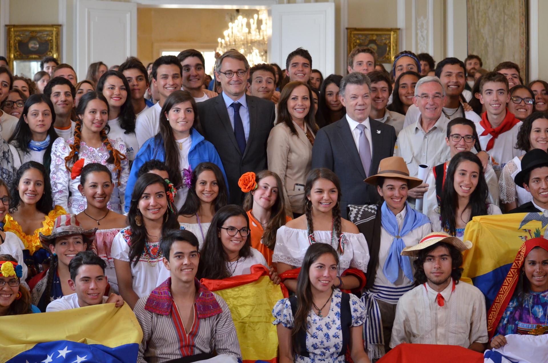 Fotografía de ruteros en Bogotá con el Presidente de la República, Juan Manuel Santos