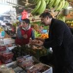 Fotografía de Josep Roca en su visita al mercado de la Vega Central en Chile. Cortesía Ernesto Zelada