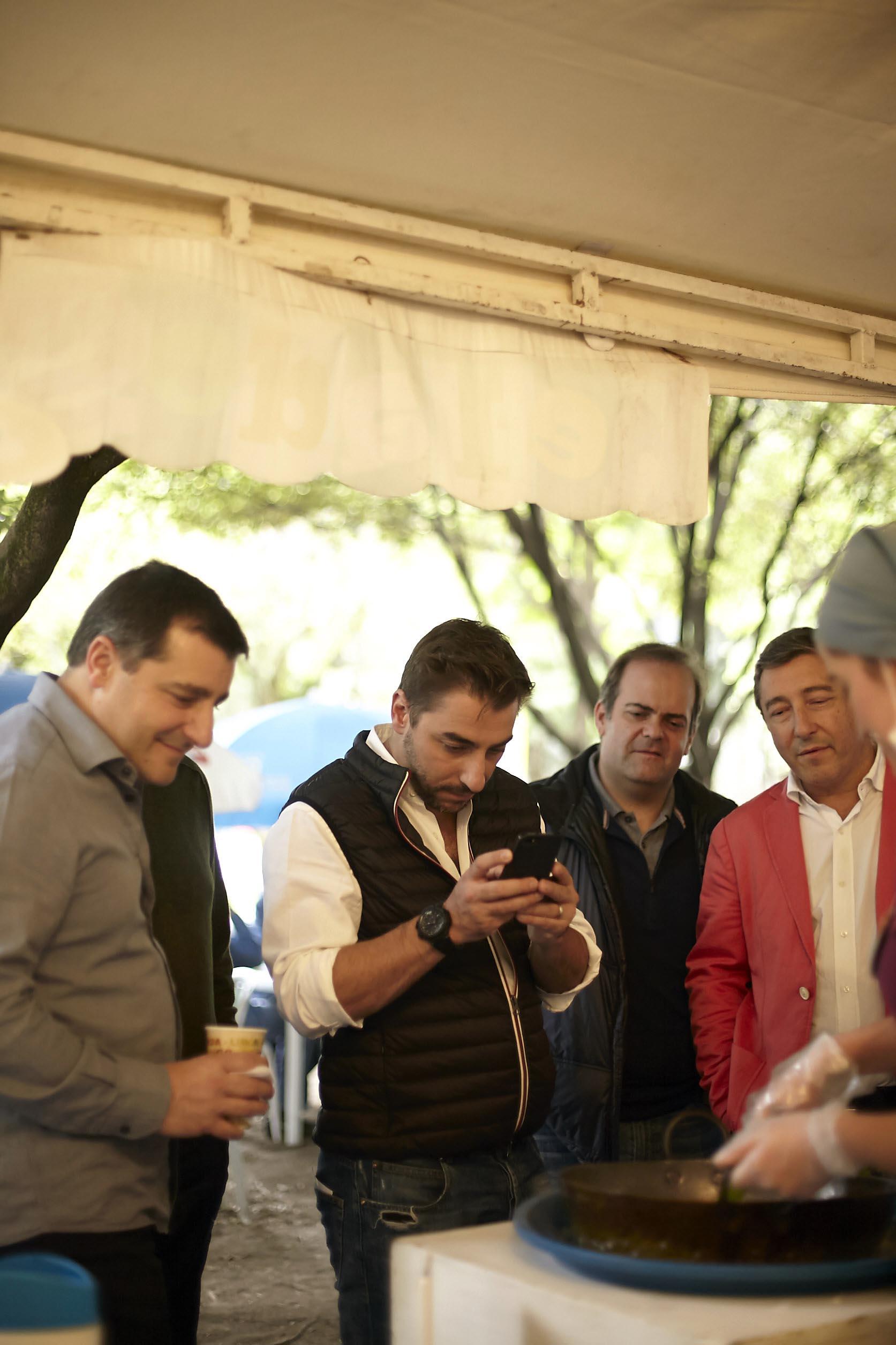 Fotografía de Jordi Roca tomando una fot con el móvil en la feria Alimentarte