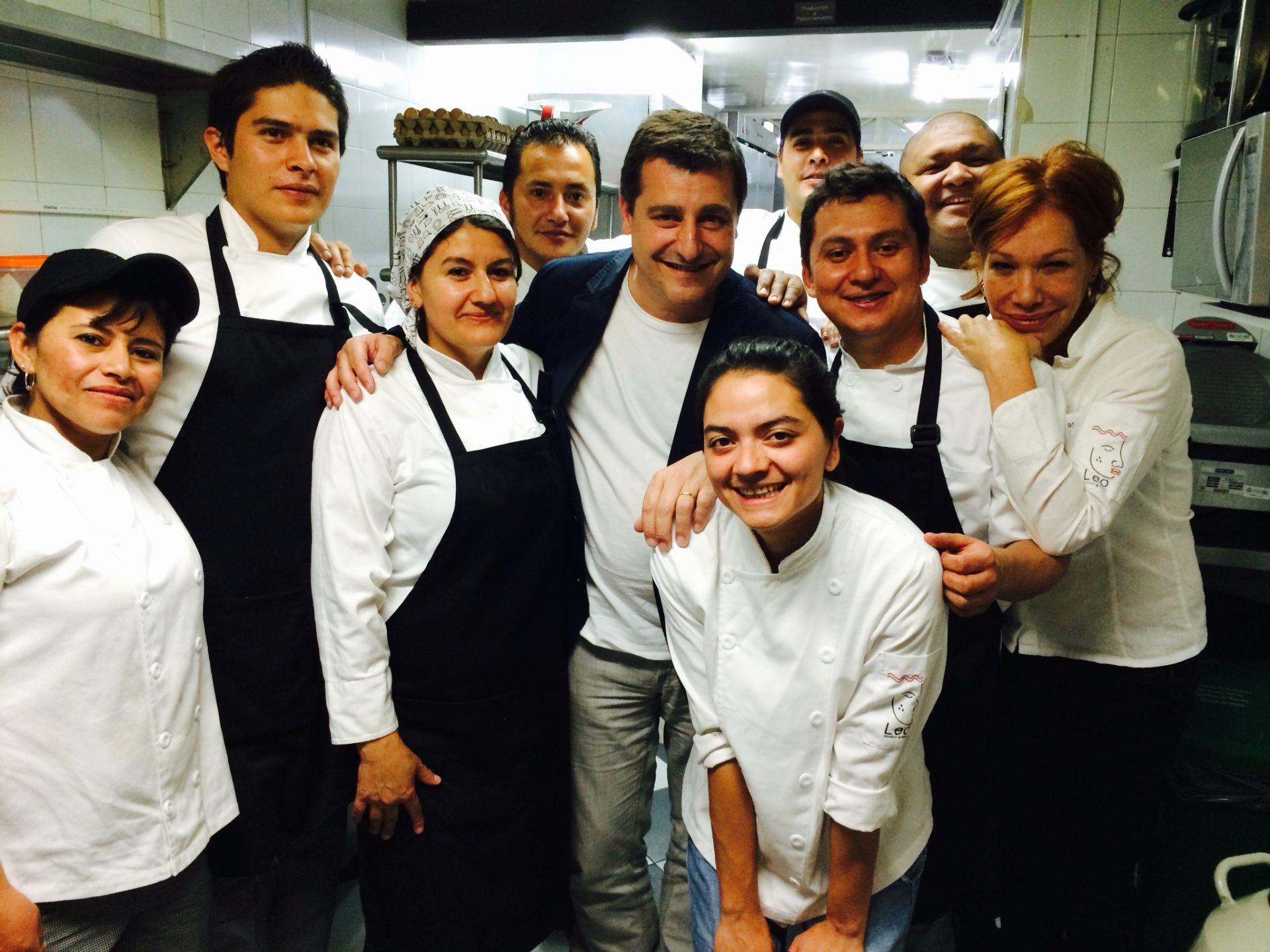 Fotografía de Josep Roca, con la chef Leonor Espinosa y el equipo del restaurante Leo