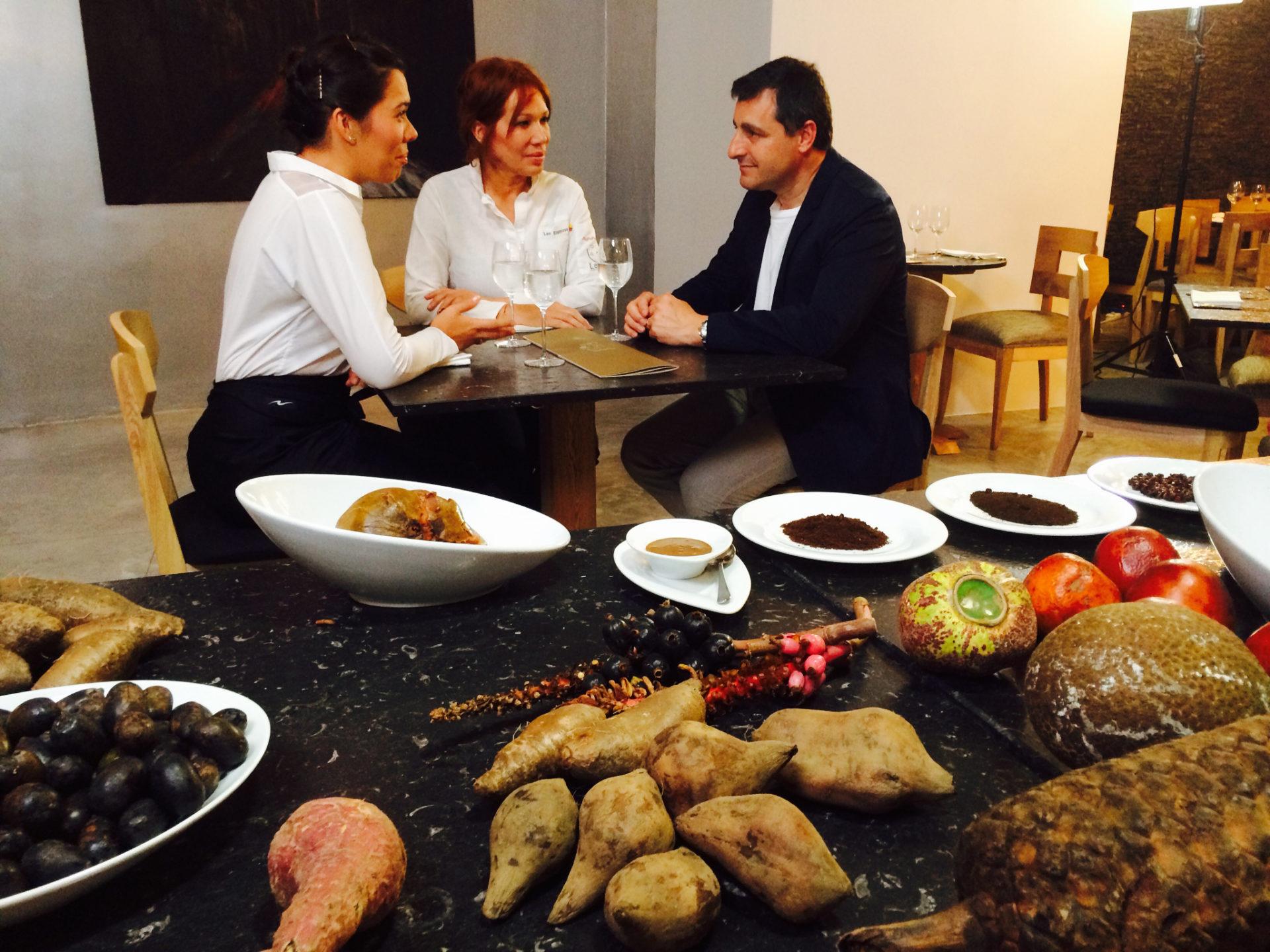 Fotografía de Josep Roca, junto a Leonor Espinosa, del restaurante bogotano Leo, y la sommelier Laura Hernández, directora de la Fundación Leo Espinosa