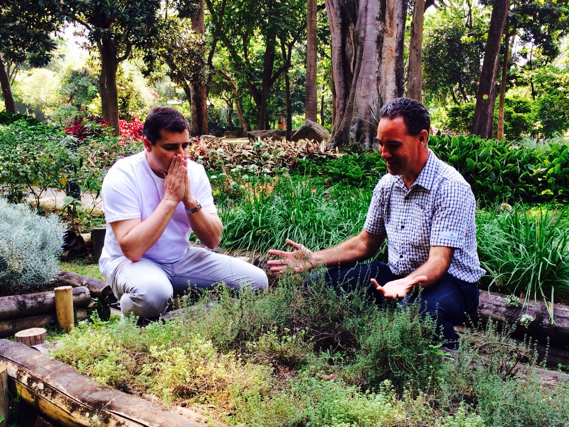 Fotografía de Josep Roca y Evarist March, el especialista en flora y botánica de El Celler de Can Roca