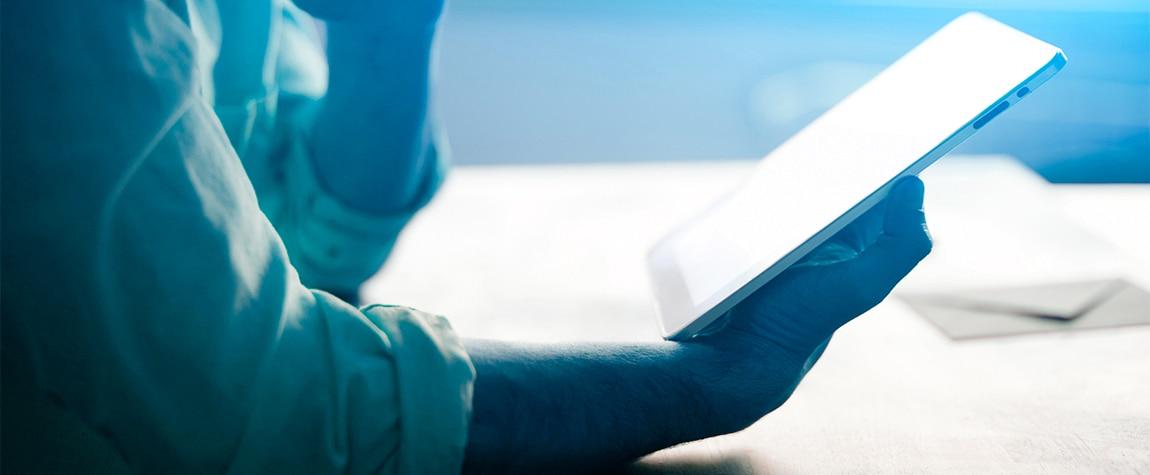 Fotografía de una persona sosteniendo una tableta