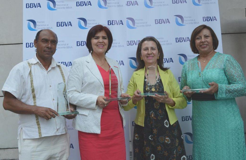 Fotografía de profesores recibiendo el Premio al Docente