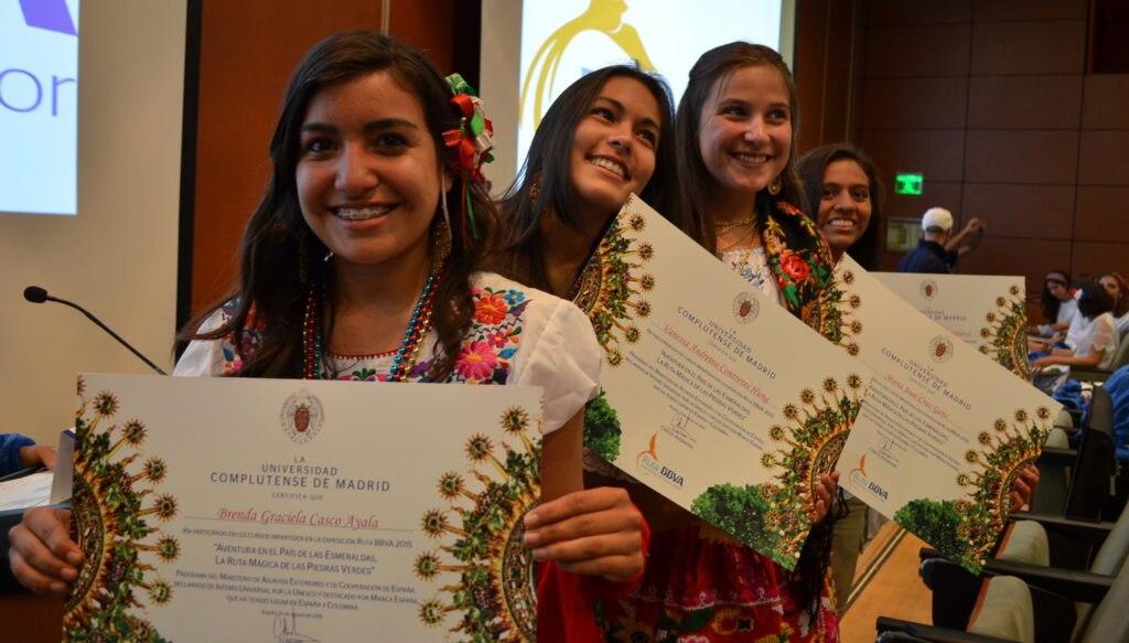 Fotografía de los ruteros recibiendo diploma de la Universidad Cumpletence de Madrid