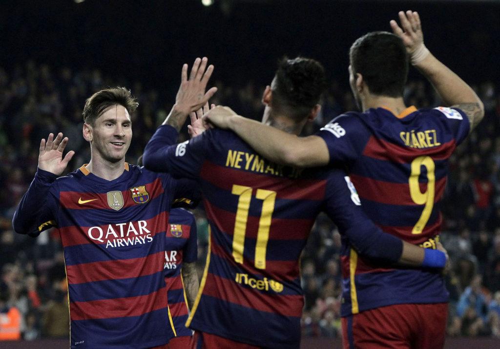 Los jugadores del F. C. Barcelona, (i-d) el argentino Leo Messi, el uruguayo Luis Suárez y el brasileño Neymar, celebran el cuarto gol del equipo blaugrana, durante un partido de la Liga BBVA