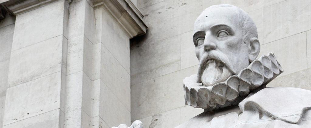 Imagen de escultura en piedra de Cervantes