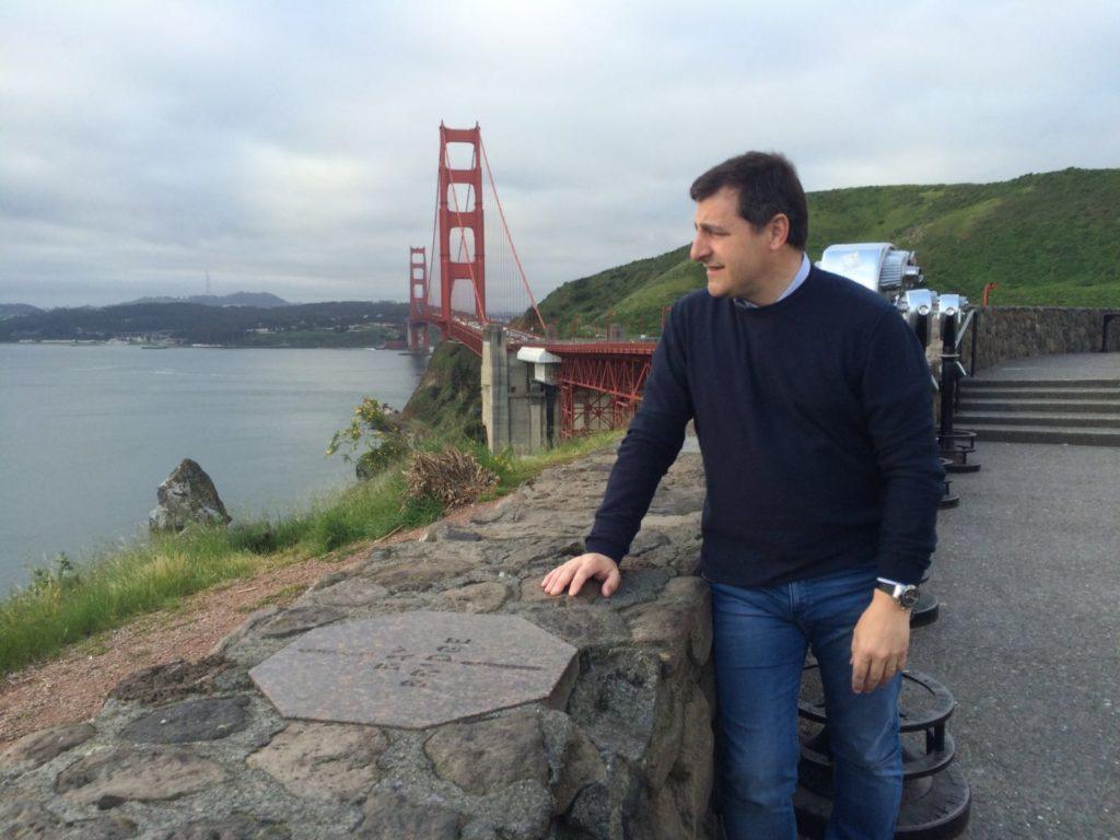 Fotografía de Josep Roca observa la bahía de San Francisco con el Golden Gate de fondo en el viaje de prospección de la Gira BBVA 2016