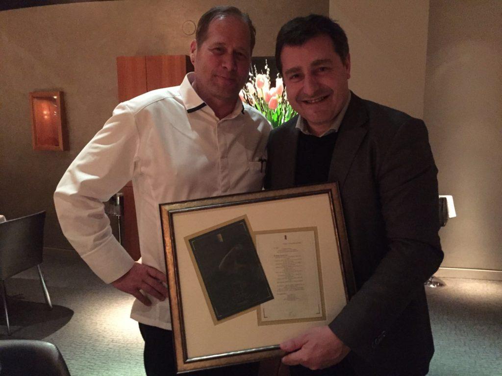 Josep Roca junto a David Kinch, chef del restaurante Manresa, que tiene colgada en la pared un menú enmarcado de El Celler del año 2000