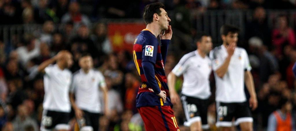 Messi se lamenta durante el partido de Liga BBVA ante el Valencia   Foto: EFE