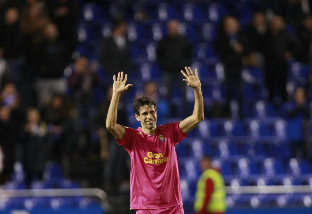 El jugador del UD Las Palmas Juan Carlos Valerón saluda a los aficionados, durante el partido de Liga BBVA