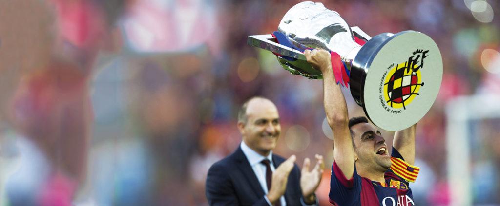 Xavi levanta una de las Ligas BBVA logradas por el Barcelona