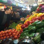 Fotografía de Josep Roca visita un puesto de frutas en el Mercado de La Vega en Santiago de Chile