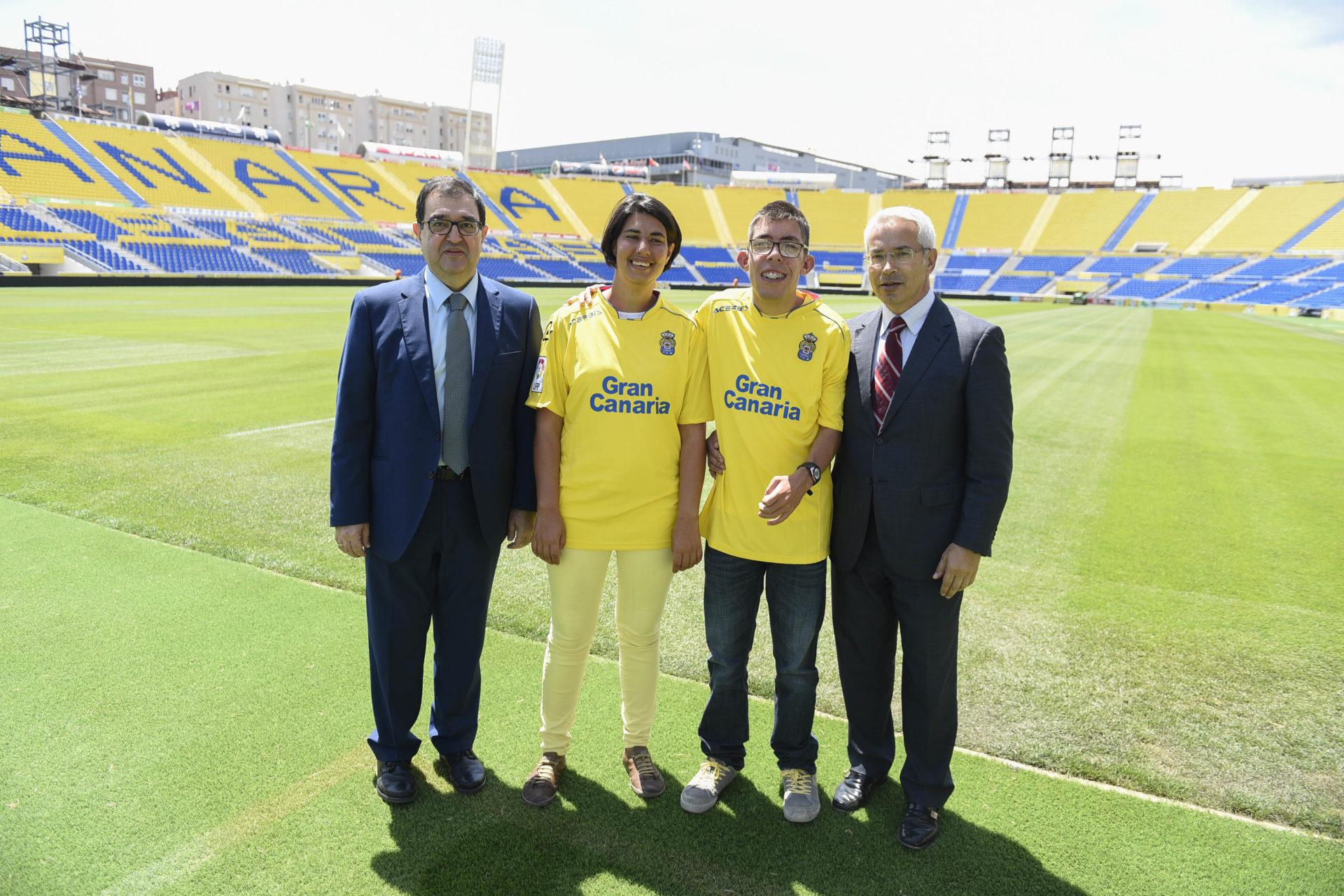 Unión Deportiva Las Palmas con BBVA y APAELP pisando el cesped de su estadio