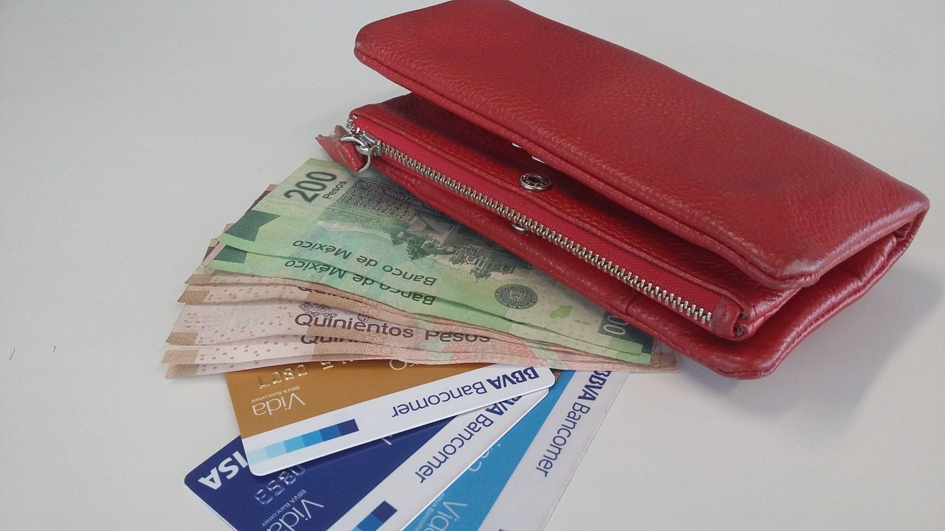 Cartera roja con billetes pesos y tarjetas BBVA Bancomer México