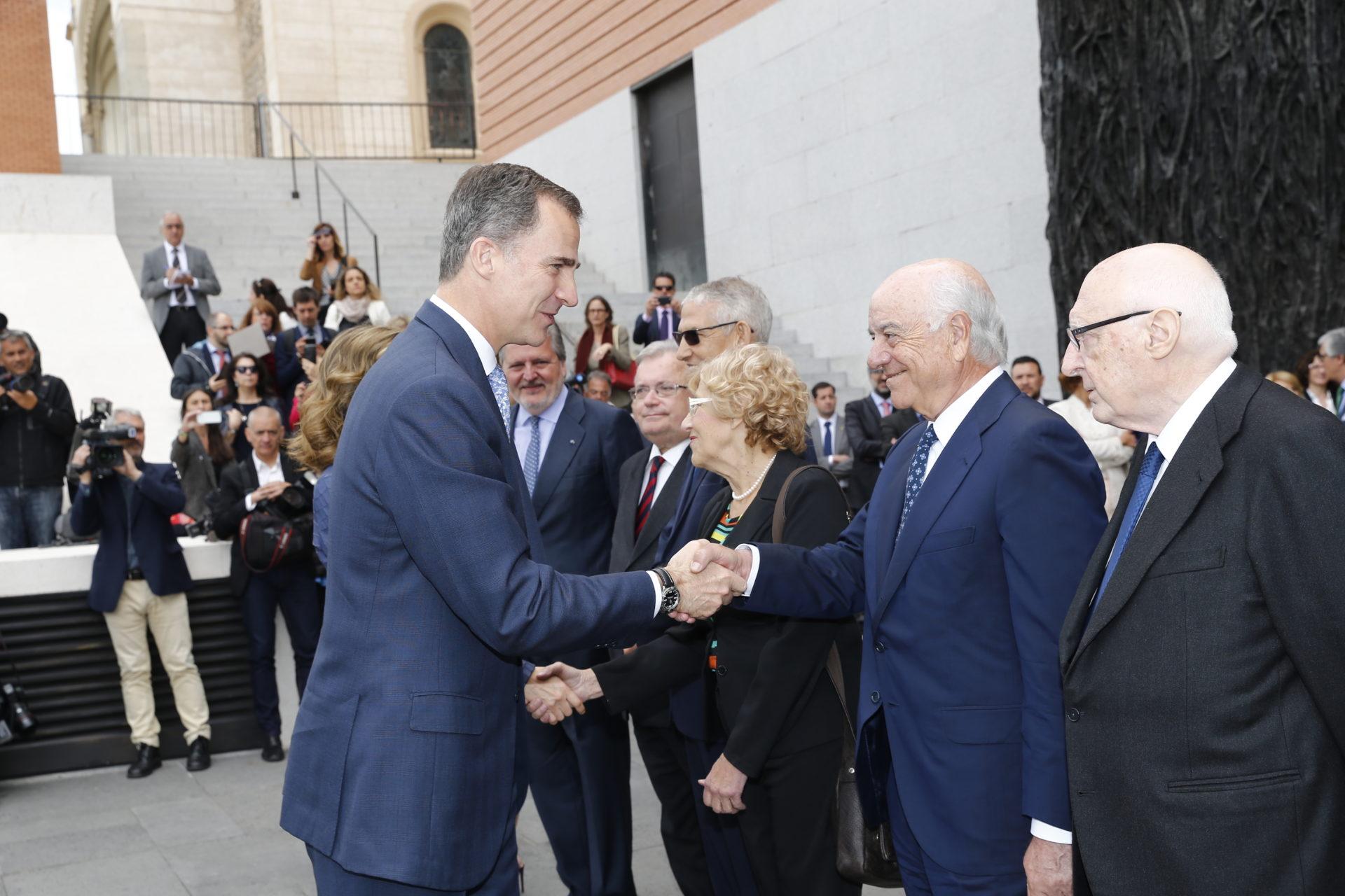 Imagen del rey Felipe VI saludando al presidente de BBVA