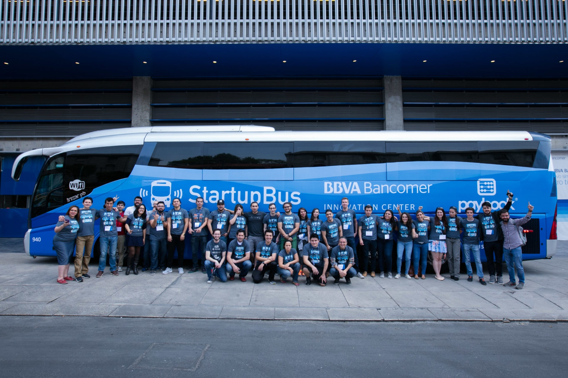 El Centro de Innovación de BBVA Bancomer patrocina el StartupBus México 2016 autobús1