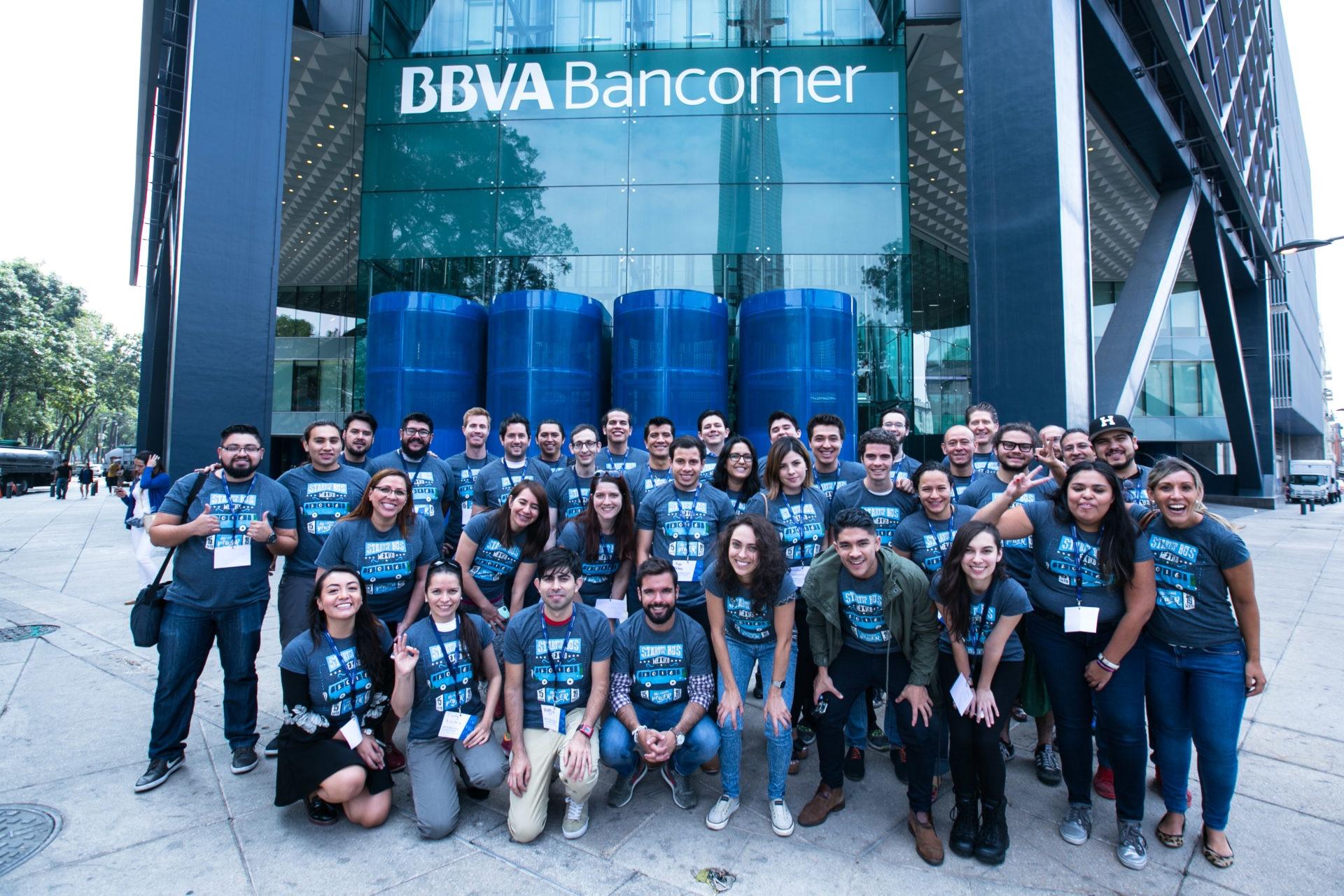 El Centro de Innovación BBVA Bancomer patrocina el StartupBus México 2016 equipo frente a Torre Bancomer